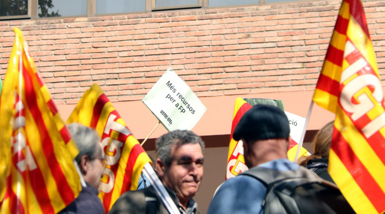 La concentració de sindicats a les portes del Departament d'Educació. Elisenda Rosanas (ACN)