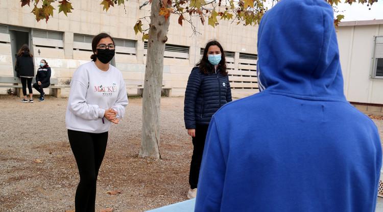Joves d'un institut d'Alcanar xerren al pati. ACN